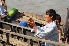 Folket lastar av vattenmelon från fartyget på den sväva marknaden i Cai Be, Vietnam Royaltyfri Bild