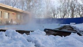 Folket leder en sund livsstil och simmar i den varma terapeutiska pölen under den öppna himlen i vintern lager videofilmer