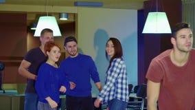 Folket lyfter deras händer på bowlingen arkivfilmer