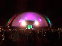 Folket lyfter händer in i luft under SOJA-konsert Arkivfoton