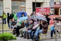 Folket lyssnar till en konsert under paraplyer på en regnig dag St Petersburg Sommar 2016 Royaltyfri Fotografi