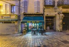 Folket möter i morgonen i en fransk stång för att ha ett kafé Arkivfoton