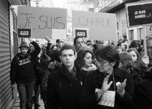 Folket marscherar i en medborgaremarsch i Angouleme, Frankrike på 11th Januari 2015 efter dödandet på Charlie Hebdo Arkivbild