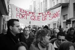 Folket marscherar i en medborgaremarsch i Angouleme, Frankrike på 11th Januari 2015 efter dödandet på Charlie Hebdo Royaltyfri Bild