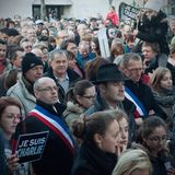 Folket marscherar i en medborgaremarsch i Angouleme, Frankrike på 11th Januari 2015 efter dödandet på Charlie Hebdo Royaltyfri Fotografi