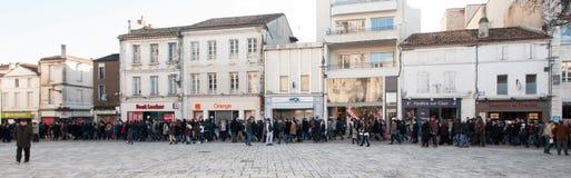 Folket marscherar i en medborgaremarsch i Angouleme, Frankrike på 11th Januari 2015 efter dödandet på Charlie Hebdo Fotografering för Bildbyråer