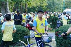 Folket med cykeln deltar i cykeln för farsaaktivitet i Chiang Mai, Thailand på December 11, 2015 Royaltyfri Foto