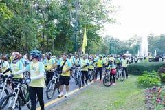 Folket med cykeln deltar in i cykeln för farsaaktivitet i Chiang Mai, Thailand på December 11, 2015 Arkivbild