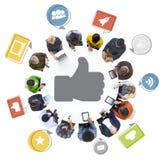 Folket med internet och tummar Up symbol Royaltyfri Foto
