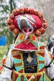 Folket med maskeringen kallade Kukeri dansar och utför för att skrämma de onda andarna royaltyfria bilder