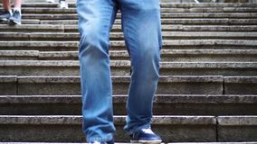 Folket med musculoskeletal oordningar går ner trappan arkivfilmer