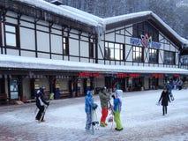 Folket med skidar, och snowboards, skidar semesterorten Rosa Khutor, Ryssland Royaltyfri Bild