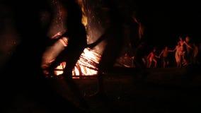 Folket nära brasan firar festmåltiden av Ivan Kupala Day stock video