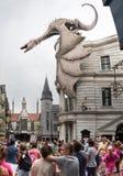 Folket nära Harry Potter rider på universella studior Florida Arkivbilder