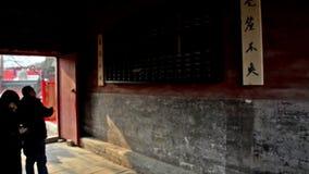 Folket observerar den enorma kulrammet, som de skriver in den Dongyue templet under kinesisk vårfestival i Peking, Kina stock video