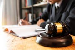 Folket och advokater som diskuterar avtalet, skyler över brister sammanträde på tabellen arkivfoto
