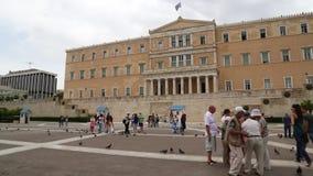 Folket och duvor near parlamentet i Aten, Grekland stock video