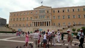 Folket och duvor near parlamentet i Aten, Grekland lager videofilmer