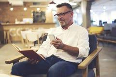 Folket på arbete förband för att frigöra trådlöst sammanträde 5G i kafé Arkivfoto