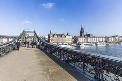 Folket på berömd Eiserner steg med förälskelse låser över flodmodern Royaltyfria Foton