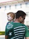 Folket på dagen för St Patricks ståtar Royaltyfri Fotografi