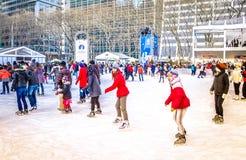 Folket på den åka skridskor isbanan på Bryant parkerar på julcentret Manhattan, NYC, USA arkivfoton