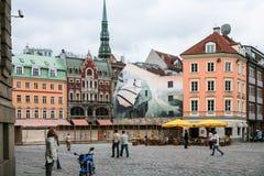 Folket på Doma Laukums kvadrerar i den gamla Riga staden Arkivfoto