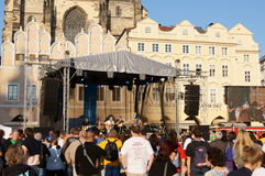Folket på en konsert på den gammala townen kvadrerar, Prague Arkivbilder