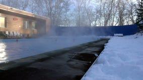 Folket på en solig vinterdag förbättrar hälsa i de bosatta vårarna av termiskt vatten arkivfilmer