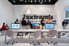 Folket på Extremis står under Salone del Mobil, Milan Arkivfoto
