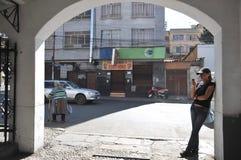 Folket på gatorna av den LaPaz staden Royaltyfri Bild