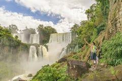 Folket på Iguazu parkerar vattenfalllandskap Royaltyfri Foto