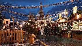 Folket på jul marknadsför på den röda fyrkanten som dekoreras och som är upplyst för jul i Moskva, Ryssland lager videofilmer