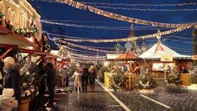 Folket på jul marknadsför på den röda fyrkanten som dekoreras och som är upplyst för jul i Moskva, Ryssland arkivfilmer