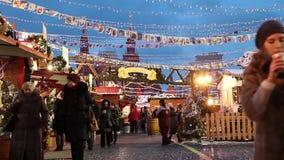 Folket på jul marknadsför på den röda fyrkanten som dekoreras och som är upplyst för jul i Moskva, Ryssland stock video