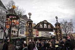 Folket på jul marknadsför i Cologne, Tyskland Royaltyfri Fotografi