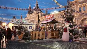 Folket på jul marknadsför på röd fyrkant i fyrkanten för centret för Moskva dekorerad och upplyst röda, för jul in lager videofilmer
