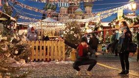 Folket på jul marknadsför på röd fyrkant i fyrkanten för centret för Moskva dekorerad och upplyst röda, för jul in stock video