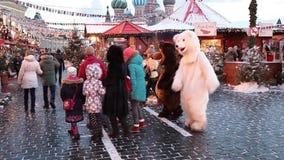 Folket på jul marknadsför på röd fyrkant i fyrkanten för centret för Moskva dekorerad och upplyst röda, för jul in arkivfilmer