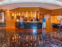 Folket på mottagandeskrivbordet i hotell övar påtryckningar i Dubai Arkivbilder