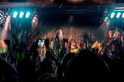 Folket på musikkonsert, vaggar partiet Royaltyfri Foto