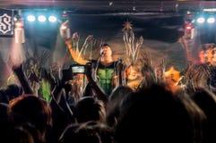 Folket på musikkonsert, vaggar partiet Fotografering för Bildbyråer