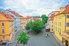 Folket på Na Kampe kvadrerar i Prague den gamla staden arkivfoto