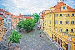 Folket på Na Kampe kvadrerar på Prague den gamla staden royaltyfri foto