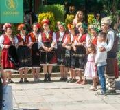 Folket på nationella smycken i ferie i Bulgarien arkivbilder