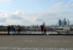 Folket på observationsdäcket nära den ryska akademin av vetenskaper beundrar sikten av Moskva arkivfoto