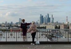 Folket på observationsdäcket nära den ryska akademin av vetenskaper beundrar sikten av Moskva royaltyfri foto