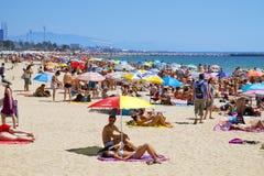 Folket på Platja del Bogatell sätter på land, i Barcelona, Spanien Royaltyfri Bild