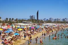 Folket på Platja del Bogatell sätter på land, i Barcelona, Spanien Royaltyfria Foton