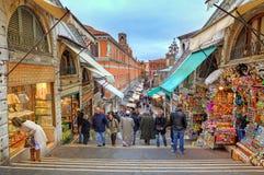 Folket på Rialto överbryggar i Venedig, Italien. Fotografering för Bildbyråer